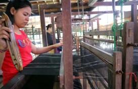 Pasar Ekspor Minati Kain Tenun Bali dengan Pewarna Alami