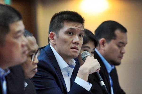 Dirut PT Alfa Energi Investama Tbk (FIRE) Aris Munandar memberikan penjelasan mengenai kinerja perusahaan seusai pencatatan perdana saham FIRE di Jakarta, Jumat (9/6). - JIBI/Dedi Gunawan