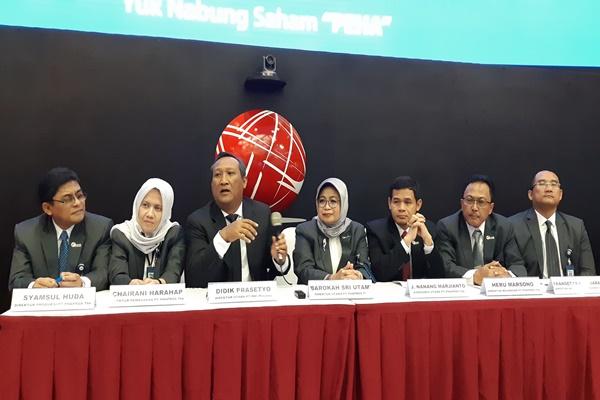 Direktur Utama RNI Didik Prasetyo (ketiga dari kiri) bersama dengan jajaran direksi dan komisaris PT Phapros Tbk., memberikan keterangan saat konferensi pers IPO anak usahanya, Phapros, di Gedung BEI, Rabu (26/12) - Hafiyyan