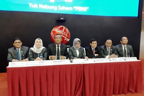 Direktur Utama Phapros Barokah Sri Utami (tengah) bersama jajaran direksi dan komisaris PEHA saat peresmian pencatatan perdagangan saham di Bursa Efek Indonesia, Rabu (26 - 12).