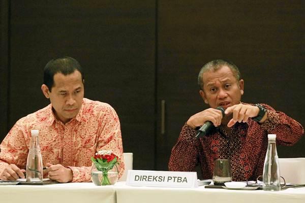 Direktur Utama PT Bukit Asam Tbk. Arviyan Arifin (kanan), menjawab pertanyaan didampingi Direktur Joko Pramono, saat paparan publik perseroan di Jakarta, Kamis (19/10). - Bisnis/Dwi Prasetya