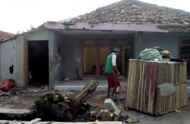 Warga Cirebon Mulai Bersihkan Puing Akibat Puting Beliung
