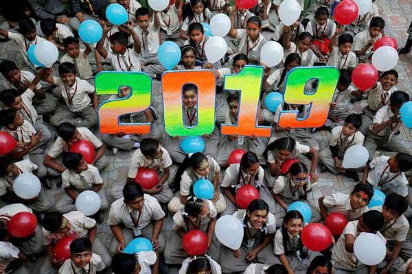 Pelajar menyambut datangnya Tahun Baru 2019, di Ahmedabad, India, Senin (31/12/2018). - REUTERS/Amit Dave