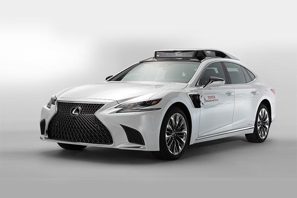 Lexus LS, kendaraan uji pengendaraan otonom.  - TOYOTA