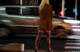 Prostitusi Online: Artis Jane Shalimar Jenguk VA di Tahanan Polda Jatim