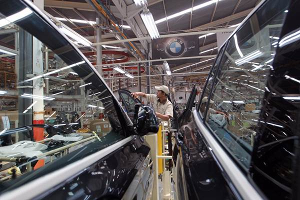Pekerja merakit All-New BMW X3 di BMW Production Network 2, PT Gaya Motor, Jakarta, Rabu (18/7/2018). - JIBI/Dwi Prasetya