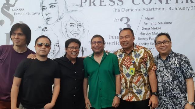 Erwin Gutawa bersama para penyanyi dan Alim Gunadi selaku Chief Financial Officer Sinarmas Land (paling kiri), Selasa (8/1/2019). - IST