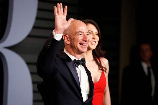 Jeff Bezos (kiri) dan MacKenzie saat menghadiri Vanity Fair Oscar Party 2018 Beverly Hills, California, AS. - Reuters/Danny Moloshok