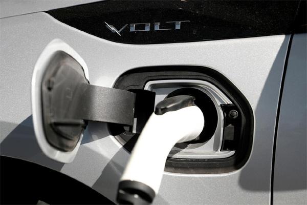 Kendaraan hybrid plug-in Chevrolet Volt sedang diisi daya di Stewart Chevrolet di Colma, California, AS, 3 Oktober 2017. - REUTERS