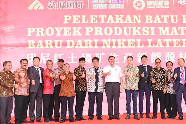 Menteri Koordinasi Bidang Kemaritiman Luhut Binsar Pandjaitan yang didampingi oleh Menteri Perindustrian Airlangga Hartarto beserta Sekjen Kemenperin Haris Munandar (dua dari kanan), Dijen Ilmate Harjanto (kiri), Wakil Ketua Komisi VI DPR-RI Dito Ganinduto berfoto bersama Managing Director PT Indonesia Morowali Industrial Park (IMIP) Hamid Mina (empat dari kiri), Bupati Morowali Taslim usai groundbreaking PT QMB New Energy di Morowali, Sulawesi Tengah, 10 Januari 2019.  - KEMENPERIN