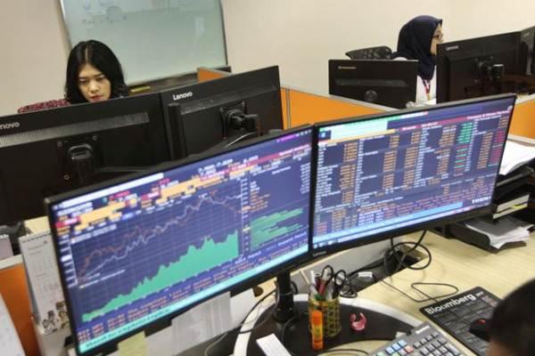 Karyawan memantau pergerakan Indeks harga saham gabungan (IHSG) di salah satu perusahaan manajer investasi, di Jakarta, Selasa (8/1/2019). - Bisnis/Endang Muchtar