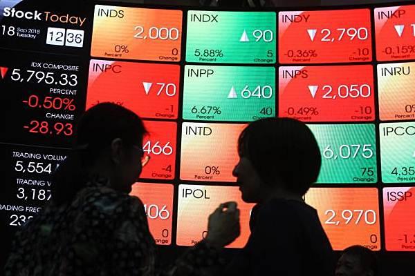 Pengunjung berbincang di depan monitor perdagangan saham di Bursa Efek Indonesia, Jakarta, Selasa (18/9/2018). - Bisnis/Endang Muchtar