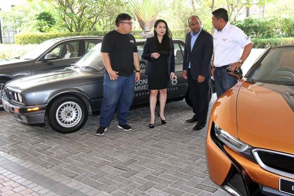Vice President of Corporate Communications BMW Group Indonesia Jodie O'tania (kedua kiri), bersama VP of Aftersales Ariefin Makaminan (kedua kanan), President BMW Car Clubs Indonesia Asido Regazzoni (kanan), dan Ketua Panitia Indonesia Bimmerfest 2018 Ardhanto Danuswara mengamati kendaraan peserta ajang Indonesia Bimmerfest 2018, di Jakarta, Rabu (17/10/2018). - JIBI/Endang Muchtar