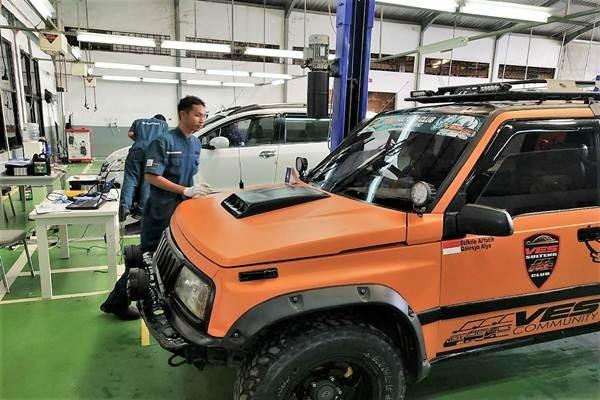 Suasana kegiatan service kendaraan di Bengkel resmi Suzuki - ist