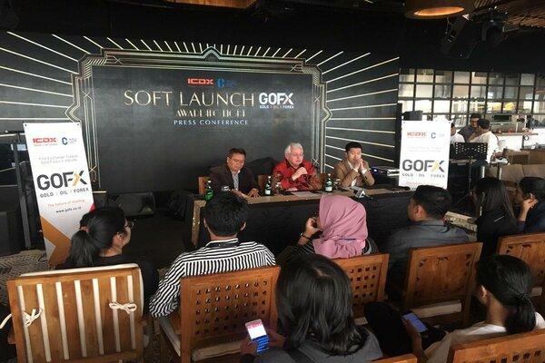 Direktur Utama Indonesia Commodity & Derivative Exchange (ICDX) Lamon Rutten (tengah) saat jumpa pers di Jakarta. - Dok. ICDX