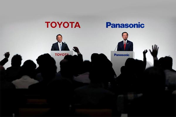 Presiden Toyota Motor Corp Akio Toyoda (kiri) dan Presiden Panasonic Corp Kazuhiro Tsuga menghadiri konferensi pers bersama di Tokyo, Jepang, 13 Desember 2017. - REUTERS