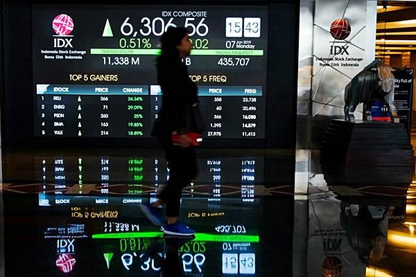 Karyawan melintas di dekat papan penunjuk Indeks Harga Saham Gabungan (IHSG) di gedung Bursa Efek Indonesia, Jakarta, Senin (7/1/2019). - Bisnis/Felix Jody Kinarwan