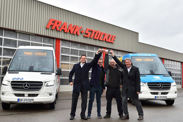 Dari kiri ke kanan: Max Witzel, Kepala Penjualan di Bus Mercedes-Benz, Carsten dan Manfred Frank, Omnibusverkehr-Reisen Frank & Stckle, dan Rolf Grb, Penjualan di Bus Mercedes-Benz, merayakan Sprinter City 75 pertama Jerman dari generasi terbaru.  - daimler
