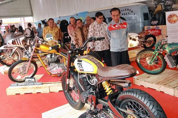 Presiden Joko Widodo (kanan) didampingi Menteri Perindustrian Airlangga Hartarto (kedua kanan) meninjau stan sepeda motor modifikasi, seusai membuka Indonesia International Motor Show (IIMS) 2018, di Jakarta, Kamis (19/4/2018). - JIBI/Dwi Prasetya