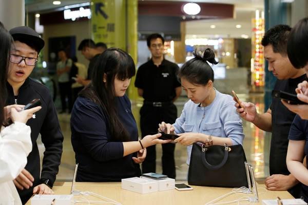 Suasana gerai Apple di Beijing,China saat pelanggan membeli iPhone XS Max dan XS Jumat (21/9/2018). - Reuters/Jason Lee