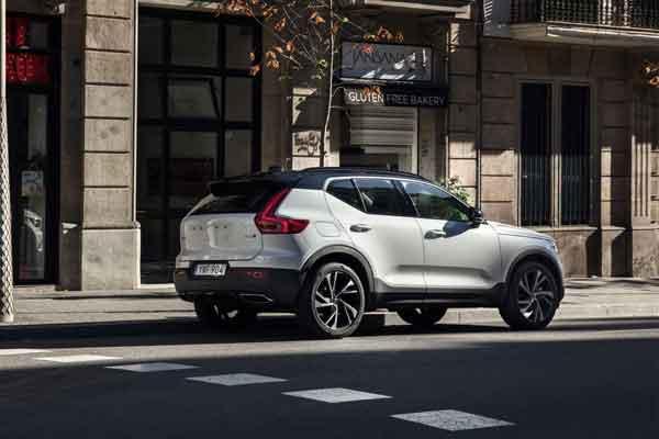 New Volvo XC40 R-Design T5 Crystal White dengan atap hitam di lokasi di Barcelona.  - Volvo