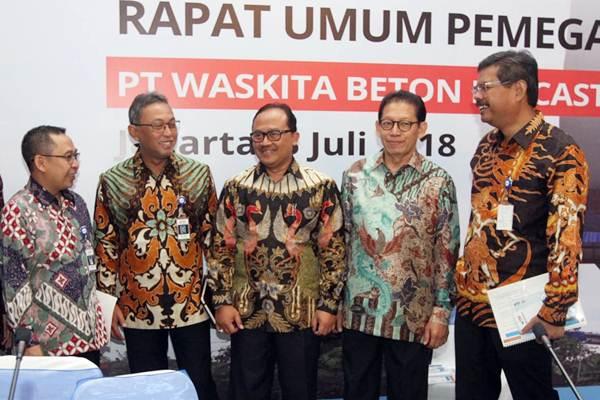 Direktur Utama PT Waskita Beton Precast Tbk Jarot Subana (tengah) berbincang dengan Komisaris Independen Abdul Ghofarrozin dan Direktur Anton Yulianto, disaksikan Komisaris Independen Suhendro Bakri, dan Direktur Independen Agus Wantoro, seusai RUPST, di Jakarta. Selasa (3/7/2018). - JIBI/Endang Muchtar