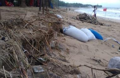 Petugas Bekerja Keras Tangani Sampah Kiriman di Pantai Kuta