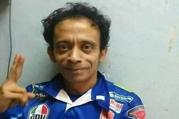 Tukang servis handphone di Sidoarjo Jawa Timur mirip pebalap Valentino Rossi - facebook @aris sutrisna