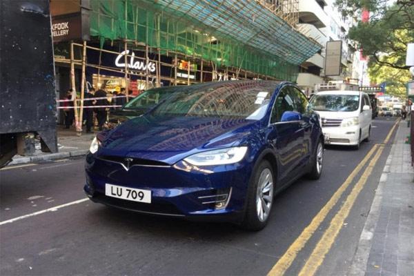 Mobil listrik Tesla Model X di jalanan kota Hong Kong, Jumat (25/1/2019).  - ANTARA News/Alviansyah P.