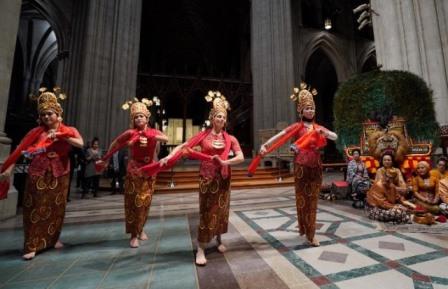 Penampilan hasil kolaborasi Kedutaan Besar Republik Indonesia (KBRI) di Washington, D.C., dengan PostClassical Ensemble dan Washington National Cathedral dihadirkan sebagai bentukan perayaan ke-70 hubungan diplomatik Indonesia - Amerika Serikat -  Istimewa / KBRI Washington