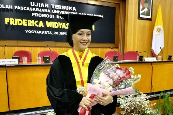 Direktur Utama KSEI, Friderica Widyasari Dewi meraih gelar doktor Program Kebijakan Publik dari Universitas Gadjah Mada (UGM) dalam sidang desertasi Sabtu 26 Januari 2019. - Gloria N Dolorosa