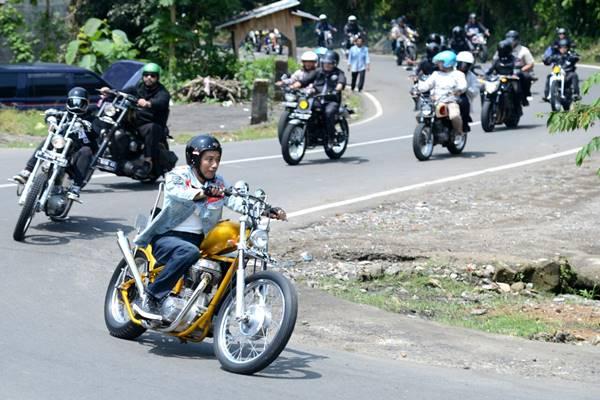 Presiden Joko Widodo (Jokowi) mengendarai motor Royal Enfield Bullet 350 cc bergaya chopper di Sukabumi Jawa Barat, Minggu (8/4/2018). - Biro Pers Setpers