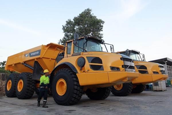 Pekerja melakukan perawatan alat berat articulate dump truck di workshop PT Intraco Penta Prima Servis (IPPS) Balikpapan, Kalimantan Timur, Selasa (25/9/2018). - JIBI/Dwi Prasetya