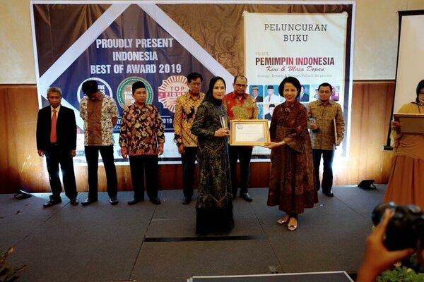 Desainer sekaligus owner label busana muslim Hurrem by Fia, Arfiani (kiri menerima penghargaan).