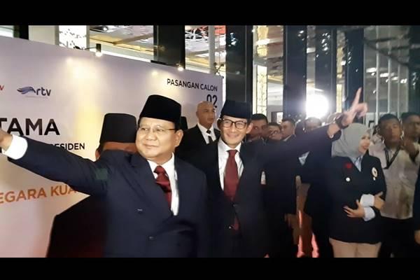Capres Prabowo Subianto dan cawapres Sandiaga Uno  berpose dua jari Wall of Fame Debat Pilpres di Hotel Bidakara, Kamis (17/1). JIBI/BISNIS - Feni Freycinetia Fitriani