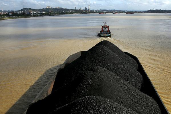 Kapal tunda menarik muatan batubara melintasi sungai Mahakam, di Samarinda, Kaltim. - REUTERS/Beawiharta