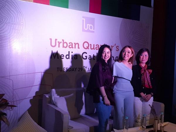 Gisella Anastasia (tengah) berfoto dalam acara Urban Quarter Media Gathering di Plaza Indonesia, Selasa (29/1/2019) -  Bisnis/Eva Rianti