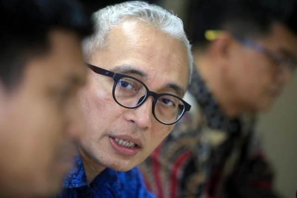 Direktur Utama PT Bahana TCW Invesment Management Edward Lubis (tengah) saat berkunjung ke kantor Bisnis Indonesia, di Jakarta, Rabu (30/8). - JIBI/Nurul Hidayat