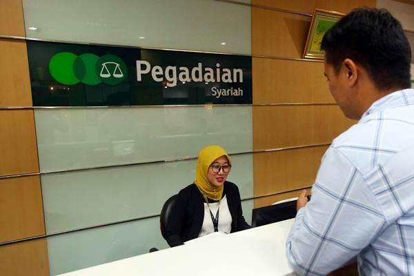 Karyawan melayani nasabah di cabang Pegadaian Syariah, Jakarta, Selasa (15/1/2019). - Bisnis/Abdullah Azzam