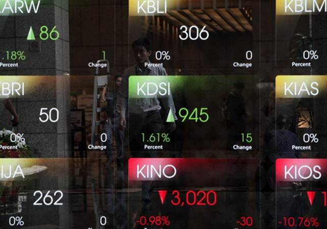 Karyawan melintas di dekat papan pergerakan Indeks Harga Saham Gabungan (IHSG) di Jakarta - Bisnis/Felix Jody Kinarwan