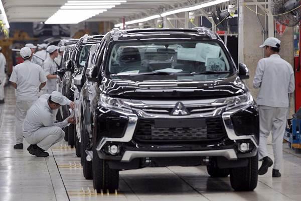Pekerja menyelesaikan pembuatan mobil Mitsubishi Xpander di pabrik Mitsubishi Motors Krama Yudha Indonesia (MMKI) Cikarang, Jawa Barat, Selasa (3/10). - JIBI/Dwi Prasetya