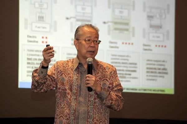 Ketua Umum Gaikindo Yohannes Nangoi memberikan paparan dalam diskusi bertajuk Roadmap Pengembangan Kendaraan Listrik di Indonesia, di kantor pusat PLN, Jakarta, Selasa (10/7/2018). - JIBI/Felix Jody Kinarwan