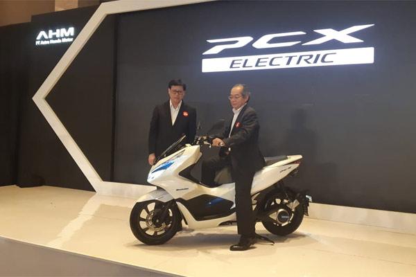 Executive Vice President AHM Johannes Loman, dan Presiden Director PT Astra Honda Motor (AHM) Toshiyuki Inuma.  - BISNIS.COM/ADT