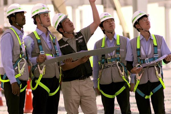 Para pekerja konstruksi menyelesaikan pembangunan pabrik Kia Motors di India.  - Kia India.