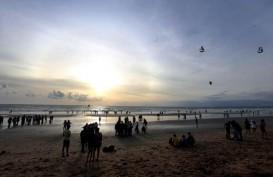 Anak Usaha PLN Bersih- bersih Sampah di Pantai Kuta