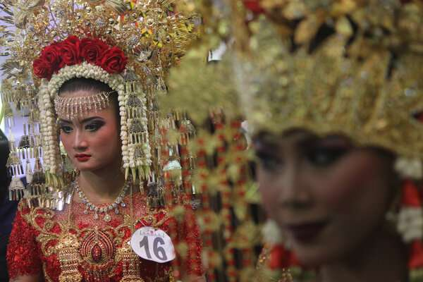 Model menunggu proses penjurian ketika mengikuti perlombaan rias pengantin bertema Nusantara saat Pameran Pernikahan Tradisional di Surabaya, Jawa Timur, Jumat (11/1/2019). Perlombaan rias pengantin tersebut merupakan salah satu rangkaian pameran perlengkapan pernikahan tradisional (Traditional Wedding) yang berlangsung hingga 13 Januari 2019. - Antara - Moch Asim