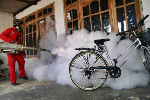 Petugas Puskesmas melakukan pengasapan (fogging) di Kelurahan Tamanan, Kota Kediri, Jawa Timur, Selasa (15/1/2019). - ANTARA/Prasetia Fauzani