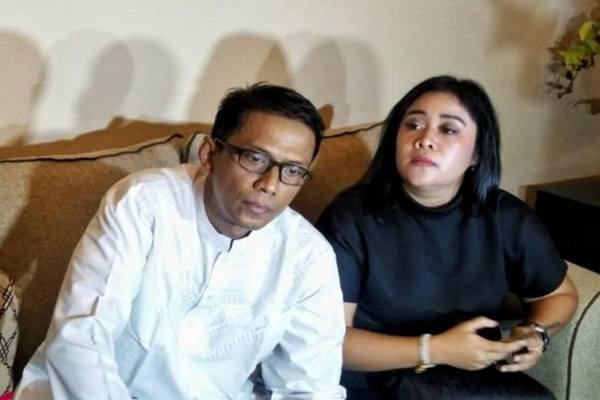 Doddy Sudrajat dan Puput, ayah kandung Vanessa Angel dan ibu tirinya dalam jumpa pers di kantor pengacara Muhammad Zakir Rasyidin, Jakarta, Jumat (25/1/2019). - Antara
