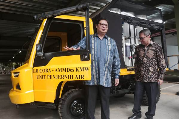 Menteri Perindustrian Airlangga Hartarto (kiri) didampingi Direktur Jenderal Industri Logam, Mesin, Alat Transportasi, dan Elektronika Harjanto memperkenalkan mobil AMMDes (Alat Mekanis Multiguna Perdesaan) KMW Unit Penjernih Air kepada tim Bisnis Indonesia, di Jakarta, Senin (12/11). - JIBI/Felix Jody Kinarwan
