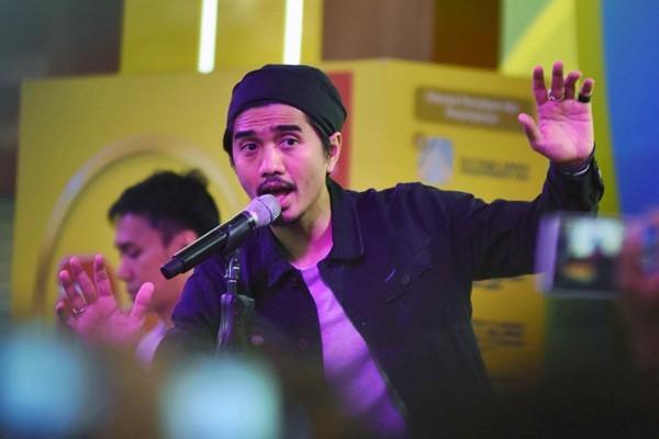 Vokalis kelompok musik Sheila On 7 Duta menghibur penggemarnya di Surabaya, Jawa Timur, Minggu (2/4/2017). - Antara/M Risyal Hidayat